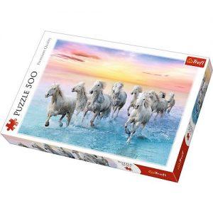 Puzzle trefl. Białe konie w galopie.